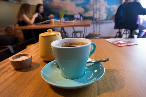 カフェテリアのテーブルに置かれたコーヒー