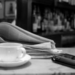コーヒー、ワイン、新聞紙、携帯電話