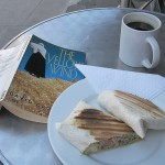 本を読みながらのランチ、コーヒー